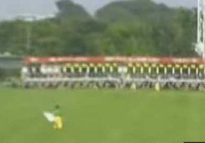 競馬ゲート前で旗を持っている人